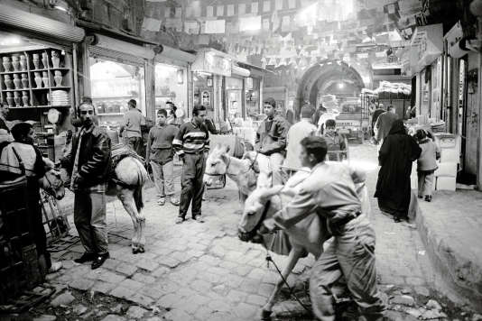 Le souk El-Attarine, en2002. Ce marché aux épices faisait partie d'Al-Madina, l'un des plus grands marchés couverts du monde, détruit en2012.