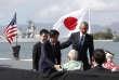 Le premier ministre Shinzo Abe et le président américain Barack Obama saluent les rescapés de l'attaque japonaise, le 27décembre à Pearl Harbor, à Hawaï.