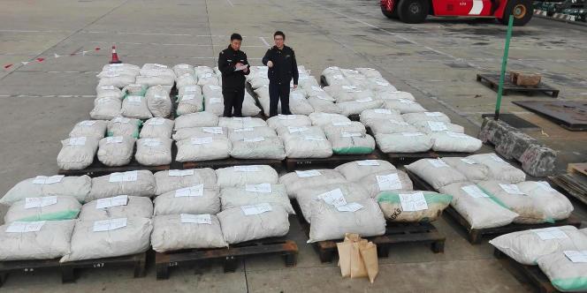 La saisie d'écailles de pangolin réalisée par les douanes chinoises dans le port de Shanghai, photographiée ici le 28 décembre 2016.