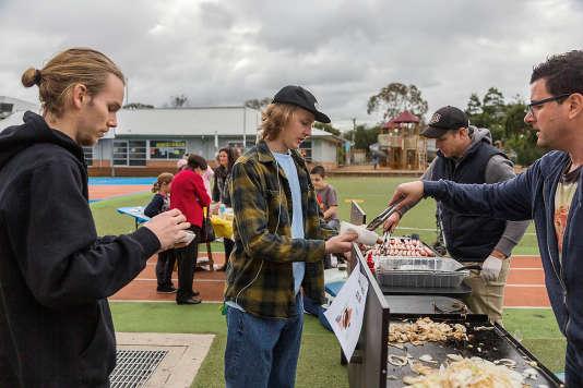 Distribution de sandwiches à la saucisse le 2 juillet à Melbourne, à l'occasion des élections fédérales.