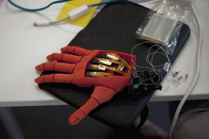 Une prothèse de main robotique open source à fabriquer soi-même proposée par la start-up Open Bionics.