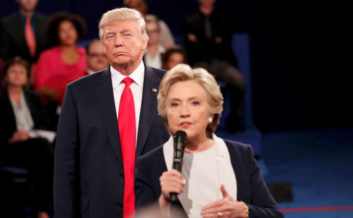 Hillary Clinton et Donald Trump, lors d'un débat public le 9 octobre.