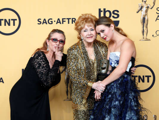 En janvier 2015, Debbie Reynolds a reçu un prix pour l'ensemble de sa carrière, lors des Screen Actors Guild Awards à Los Angeles. Ici avec Carrie Fisher, sa fille et Billie Catherine, sa petite-fille.