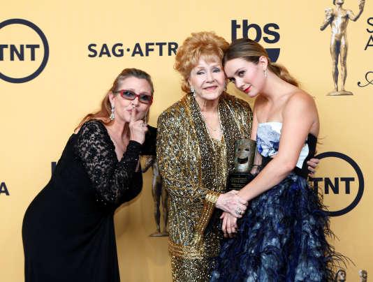 En janvier 2015, Debbie Reynolds a reçu un prix pour l'ensemble de sa carrière, lors des Screen Actors Guild Awards à Los Angeles. Ici avec Carrie Fisher, sa fille et Billie Catherine, sa petite-fille.