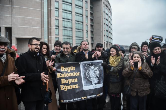 Deux députés du Parti républicain du peuple (CHP), Baris Yardas et Sezgin Tanrikulu,devant le palais de justice de Caglayan, avant le début du procès de l'écrivaine Asli Erdogan, à Istanbul, le 29 décembre 2016 : « Nous ne participerons pas à cette honte», dit l'affiche.