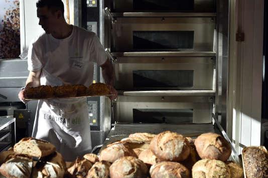 Un boulanger prépare du pain sur un stand au salon Europain à Villepinte, près de Paris, le 7 février 2016.