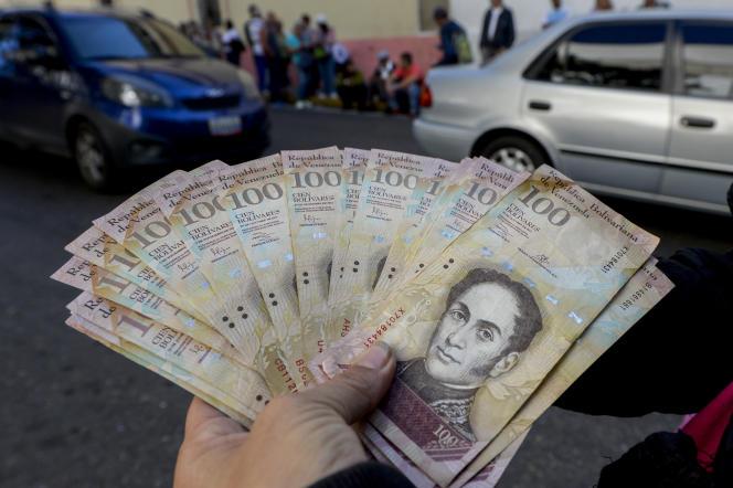 Des billets de 100 Bolivar devant la banque centrale du Venezuela, à Caracas le 16 décembre 2016.