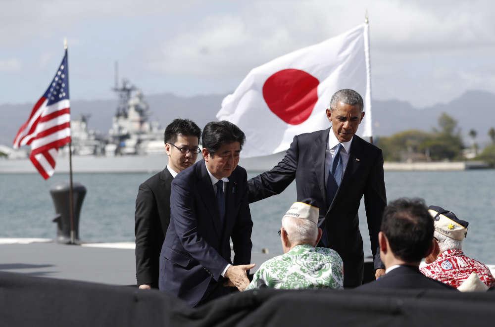 Le 27 décembre, Shinzo Abe et Barack Obama saluent des rescapés de l'attaque de l'armée japonaise à Pearl Harbor, en 1941, qui précipita l'Amérique dans la seconde guerre mondiale.Au côté du président américain, le premier ministre japonais exhorte à « ne jamais répéter les horreurs de la guerre », soixante-quinze ans après le bombardement de la base navale américaine.