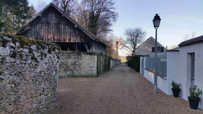 Une des rues voisines du château, dont les habitants se plaignent des nuisances produites par les fêtes dans le bâtiment historique.