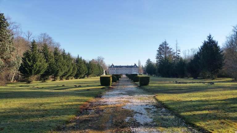 Vue du parc sur le château de Bombon.