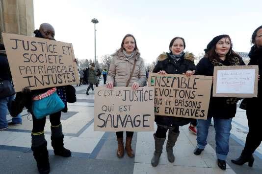 Des partisans de la grâce en faveur de Jacqueline Sauvage, le 10 décembre à Paris.