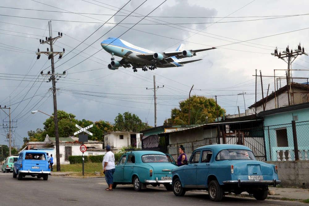 L'avion présidentiel américain survole un quartier de La Havane, le 20 mars. Barack Obama effectuait la première visite à Cuba depuis quatre-vingt-huit ans d'un président américain en exercice.