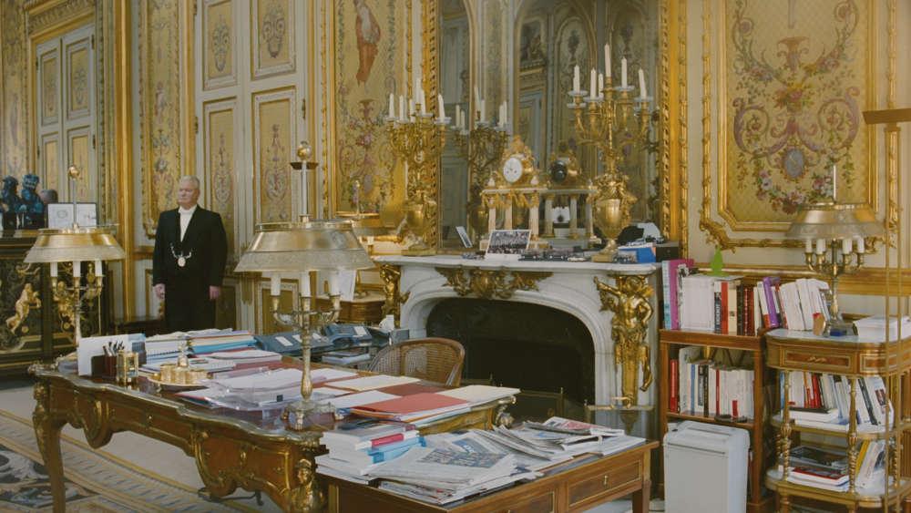 Du 7 au 14 janvier, le plasticien présente à la galerie Perrotin, à Paris, une vidéo tournée dans le salon Doré du palais de l'Élysée. Du bureau Régence au papier à en-tête, plusieurs strates d'histoire, régalienne et républicaine, s'y superposent. C'est là que se trament petites ou grandes réformes, là que se décide l'avenir de la nation.