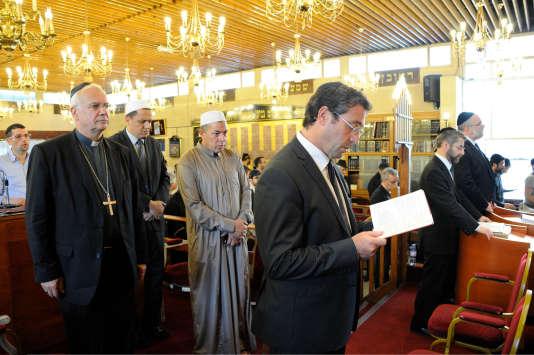 Salih Attia (en gris, au centre) lors d'une cérémonie œcuménique à la synagogue de Sarcelles, en juillet 2014. De gauche à droite : l'évêque de Pontoise,Stanislas Lalanne l'imam de Drancy, Hassen Chalghoumi, Ariel Amar, conseiller du président du CRIF, et Haïm Korsia, grand-rabbin de France.