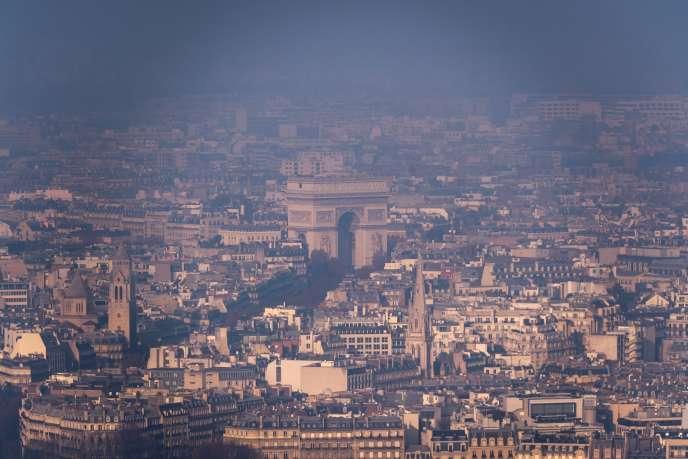 L'Arc de triomphe, à Paris, le 29 décembre, lors d'un nouvel épisode de pollution.