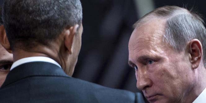 Le président des Etats-Unis, Barack Obama, et le président de la Russie, Vladimir Poutine, s'entretiennent en marge du forum de l'APEC (Coopération économique pour l'Asie-Pacifique), le 20 novembre, à Lima (Pérou).