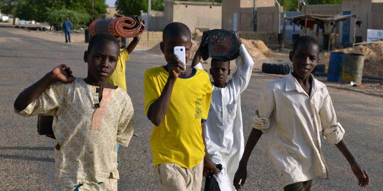 Des enfants nigérians marchent dans les rues de Diffa, au Niger, près de la frontière avec le Nigéria, en mai 2015.