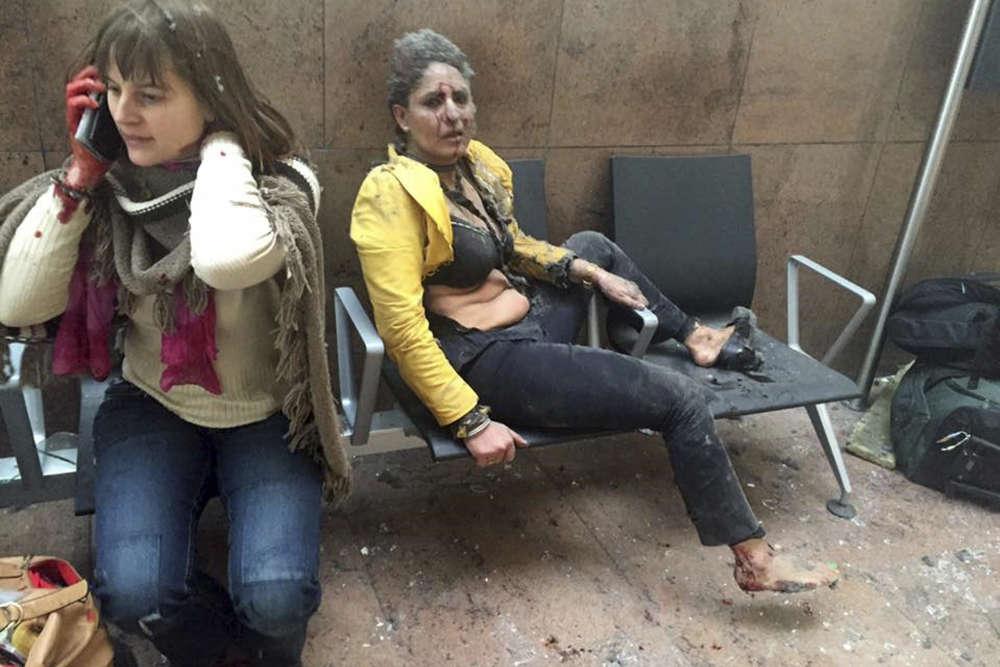 Mardi 22 mars, une double déflagration se produit vers 8heures dans le grand hall de l'aéroport de Bruxelles-Zaventem. Onze personnes sont tuées dans l'attentat perpétré par deux kamikazes. Un peu plus d'une heure plus tard, un autre attentat survient dans le métro, coûtant la vie à vingt personnes. Ces trois attaques ont aussi fait trois cents blessés. Sur cette photo, Nidhi Chaphekar, une hôtesse de l'air de Bombay (à droite) et une femme non identifiée après l'attaque de l'aéroport.