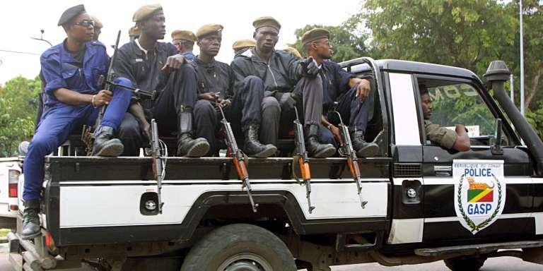 Une patrouille de police dans les rues de Brazzaville, en juin 2002.