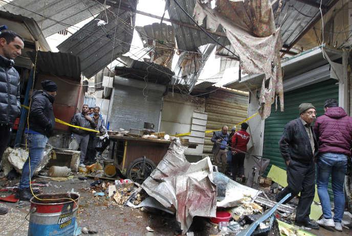 Les dégâts provoqués par la double explosion dans le marché d'Al-Sinek du centre de Bagdad (Irak), le 31 décembre 2016.