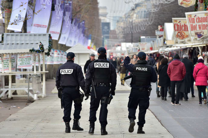 Des agents de police patrouillent dans le marché de Noël des Champs Elysées, à Paris, le 20 décembre 2016.