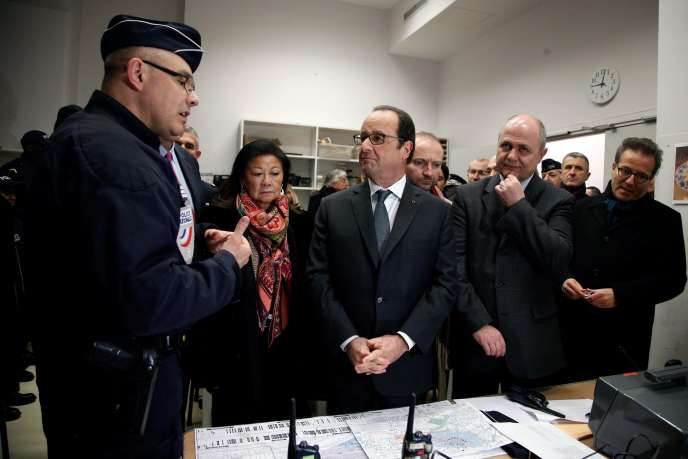Le président, Francois Hollande, et le ministre de l'intérieur, Bruno Le Roux, au commissariat des Champs-Elysées, le31décembre2016.