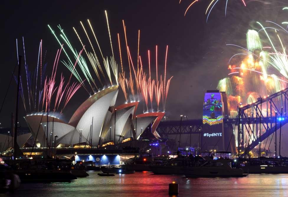 En raison du décalage horaire, Sydney, en Australie, a été la première métropole à lancer le compte à rebours du passage à 2017 sous une météo estivale. A minuit pile, soit 14 heures à Paris, plus de 1,5 million de spectateurs ont découvert une féérie pyrotechnique au dessus de l'emblématique baie et son opéra photogénique.