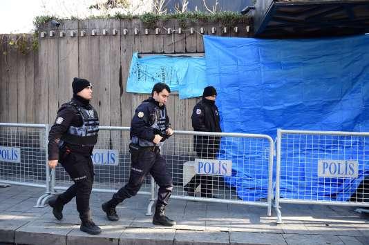 Devant le Reina à Istanbul au lendemain de l'attaque une quarantaine de morts.