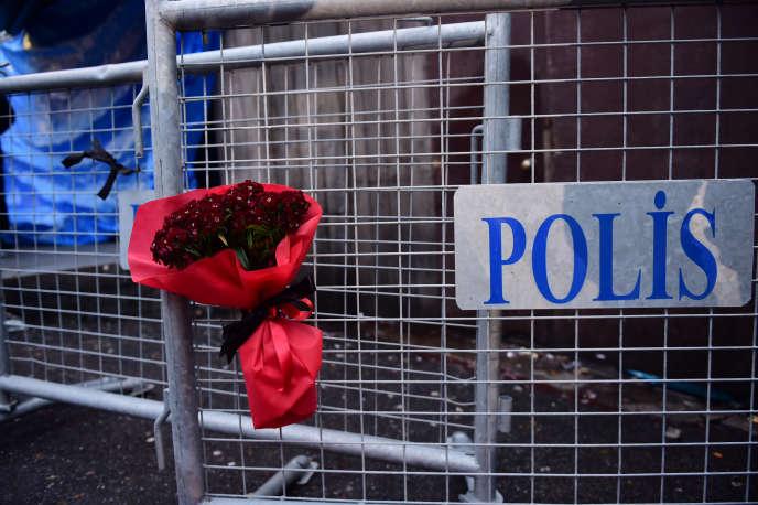 Des fleurs déposées devant la Reina, la boîte de nuit attaquée à Istanbul, en Turquie, le 31 décembre.