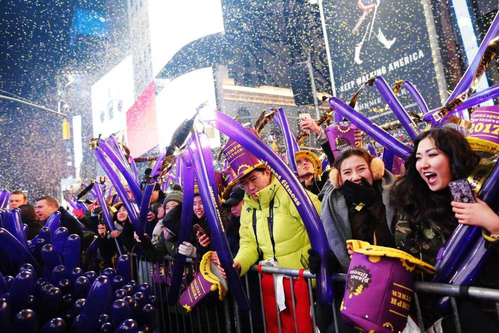 A New York , des milliers de personnes se sont réunies à Times Square, comme chaque année.