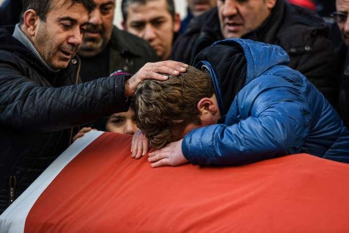 Un proche d'Ayhan Arik, l'une des victimes de l'attentat de la discothèqueReina durant une cérémonie, le 1er janvier 2017.