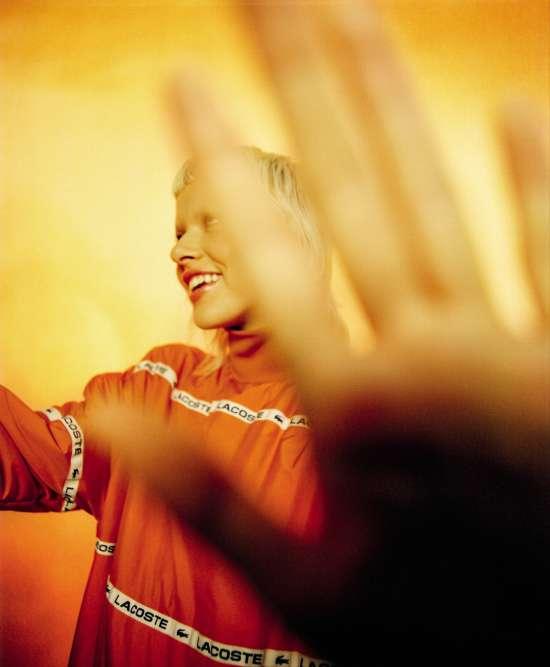 Robe en nylon, Lacoste. Mannequin : Suzi Leenaars @Ulla Models. Coiffure : Leslie Thibaud @Airport. Maquillage : Carole Colombani @Jed Root. Directrice de casting : Liz Goldson @AM Casting. Scénographie : Carole Gregoris @Quadriga. Production : White Dot.