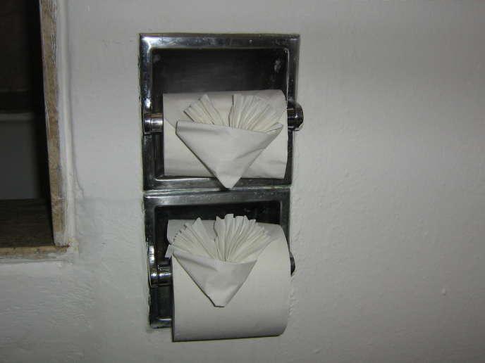 Plier le papier toilette, pratique également appelée « toilegami», indique au client que le ménage a été fait.