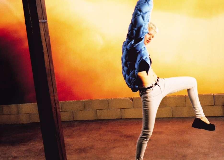 Jean près du corps, bombers et robe en nylon… Le fantôme de Blondie hante les nuits électriques en habits synthétiques. Manteau en coton et viscose et jean, Acne Studios. Brassière en coton, Puma By Rihanna. Ceinture en cuir, Saint Laurent Paris. Chaussures en tissu technique, Camper.