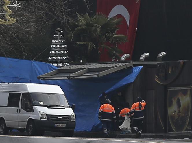 Des policiers enquêtent sur le site de l'attaque de la boîte de nuit Reina, à Istanbul le 1er janvier.