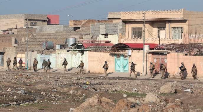 Des soldats de l'armée irakienne dans les quartiers est de Mossoul, le 1er janvier.