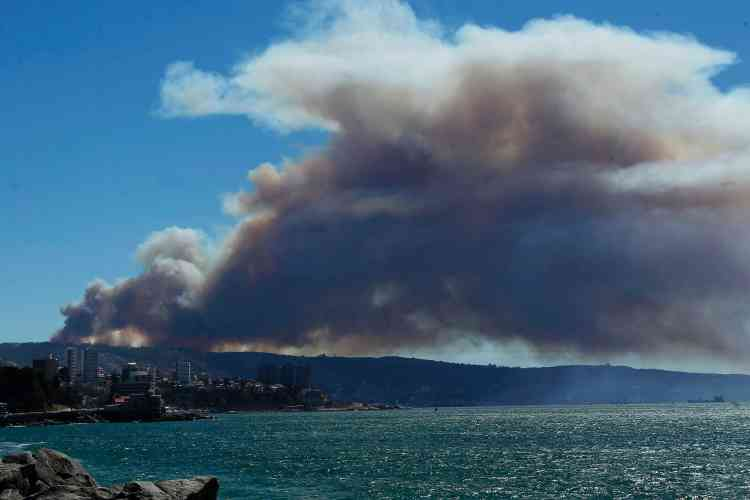 Un impressionnant nuage de fumée était visible de partout dans cette ville escarpée classée au patrimoine mondial de l'humanité depuis 2003, à 120kilomètres à l'ouest de la capitale Santiago.