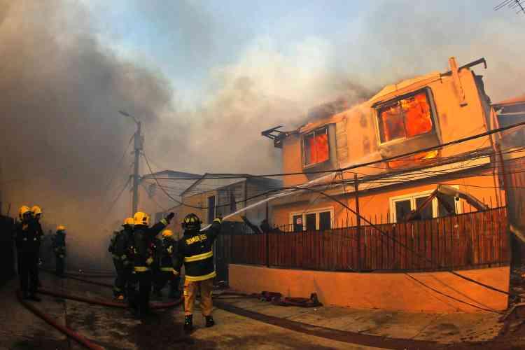 Une dizaine d'hélicoptères et de bombardiers d'eau, ainsi quedes centaines de pompiers, étaient déployés sur le terrain pour lutter contre les flammes.