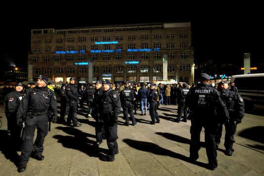 Des policiers devant la gare de Cologne, le 31 décembre 2016.