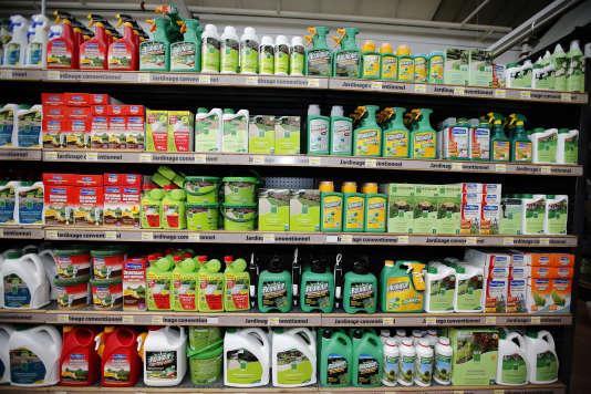 Du Roundup, le célèbre pesticide de Monsanto, dans un magasin de Bonneuil-sur-Marne, près de Paris, en juin 2015.