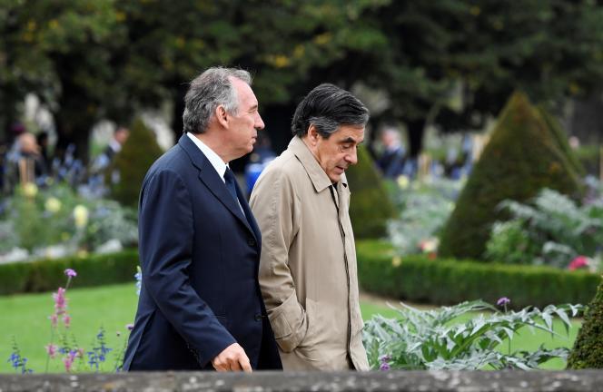 Francois Bayrou et François Fillon alors qu'ils quittent l'Hôtel des Invalides à Paris le 19 septembre, après l'hommage national de la France aux victimes du terrorisme.