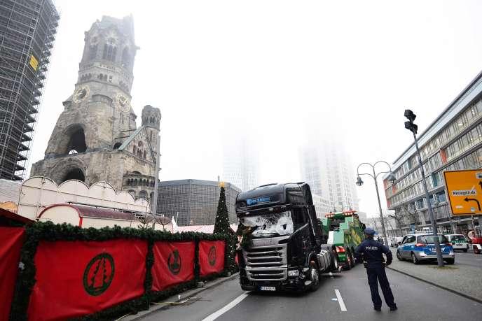 «Le terrorisme veut détruire l'Europe. Il veut en finir avec notre civilisation commune. Il veut défaire nos valeurs collectives» (Photo: le camion qui a foncé sur un marché de Noël à Berlin, tuant douze personnes, est remorqué, le 20 décembre).