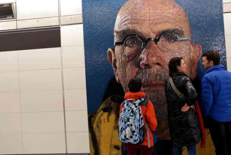 L'artiste Chuck Close a décoré la station de la 86e rue de portraits en mosaïque.