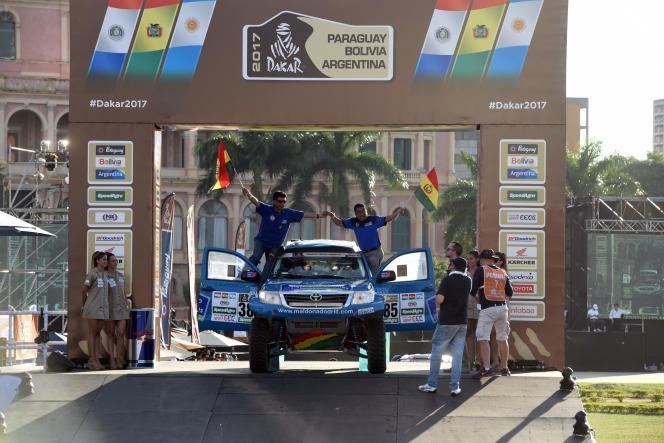 Des coureurs boliviens lors de la cérémonie officielle de lancement du Dakar de 2017.