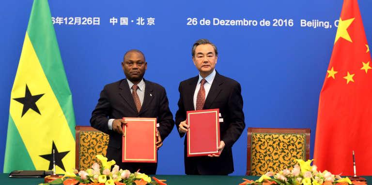 Le ministre chinois des affaires étrangères Wang Yi et son homologue de Sao Tomé- et- Principe, Urbino Botelho lors de la cérémonie instaurant des relations officielles entre les deux pays, le 26 décembre 2016 à Pékin.