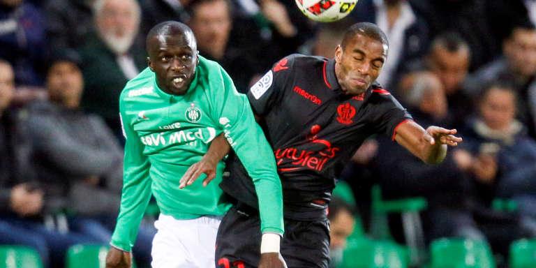 Cheikh Mbengue (à gauche), joueur de Saint-Etienne lors d'un match deLigue 1, en novembre 2016. Il disputera pour le Sénégal la Coupe Africaine des Nations qui débute le 14 janvierau Gabon.