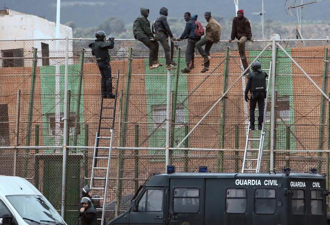Des membres de la garde civile espagnole attendent les immigrés qui tentent de franchir la frontière avec le Maroc, en 2015.