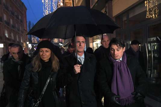 Manuel Valls, sur le marché de Noël de Strasbourg, le 22 décembre.