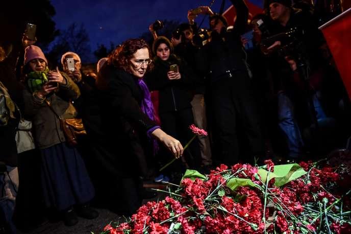 Des personnes se recueillent devant le Reina, où a eu lieu l'attaque du Nouvel An à Istanbul, le 1er janvier.
