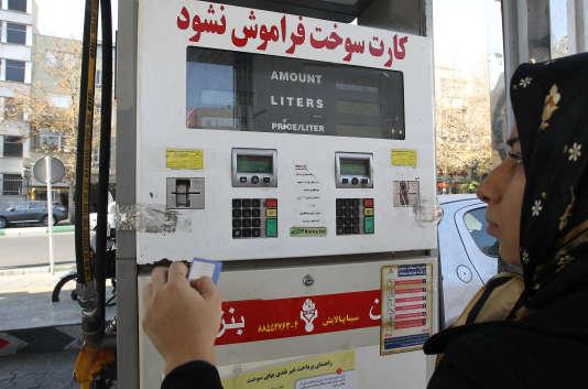 Une Iranienne dans une station-service, à Téhéran, en 2010.